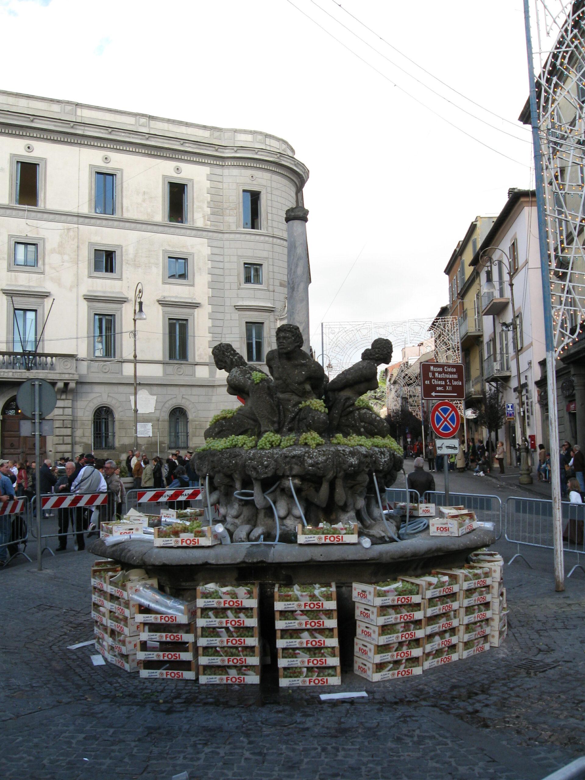 """Italiano: La fontana dei Quattro Mori prima del """"miracolo delle fontane che danno vino"""" alla Sagra dell'Uva di Marino (RM) (5 ottobre 2008)"""